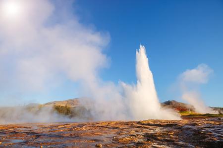 아침 햇살에 Strokkur 간헐천의 위대한보기입니다. 위치 간헐천 공원, Hvita 강, Haukadalur 계곡 지역, 아이슬란드. 스톡 콘텐츠