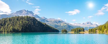 高山の谷でし、Champfer 紺碧の池の絶景。人気の観光スポット。絵と豪華なシーン。場所スイス アルプス、シルヴァプラーナ村、ヨーロッパ マローヤ
