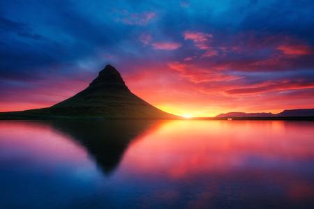 幻想的な夜の Kirkjufell 火山の海岸の Snaefellsnes 半島。人気の観光スポット。劇的で、美しいシーンです。場所は、Kirkjufellsfoss、アイスランド、ヨーロ