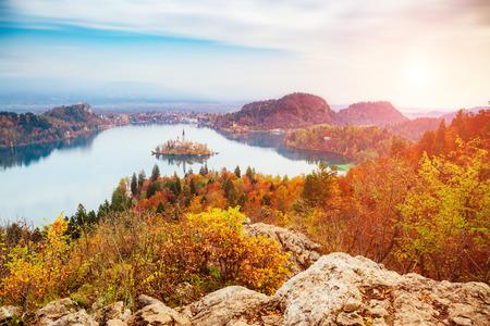 Vista aérea de la isla en el lago alpino Bled desde el mirador de Osojnica. Gran y hermosa escena de la mañana. Atracción turística popular. Lugar famoso lugar Alpes Julianos, Eslovenia, Europa. Mundo de la belleza