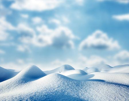 日光で輝く雄大な朝丘。絵のような豪華な冬景色。場所は、カルパチア国立公園、ウクライナ、ヨーロッパを配置します。アルプスのスキー リゾー