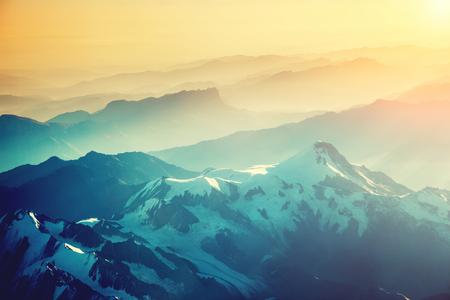 항공기의 고도와 함께 산맥의 장엄한 전망. 아름 답 고 화려한 아침 장면입니다. 크로스 복고풍과 빈티지 스타일 처리. Instagram 토닝 효과. 아름다움의  스톡 콘텐츠