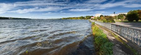 湖と美しい秋の風景