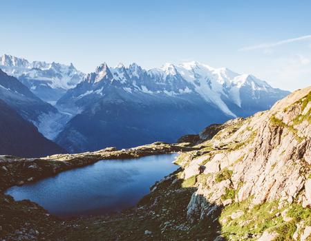 Uitzicht op de Mont Blanc-gletsjer met Lac Blanc. Perfecte en prachtige scène. Locatie plaats Natuurreservaat Aiguilles Rouges, Graian Alps, Frankrijk, Europa. Vintage effect.