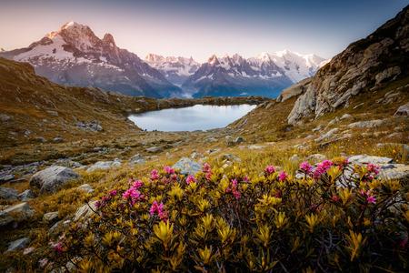 ラック ・ ブラン (白湖) とモンブラン氷河の景色。人気の観光スポット。絵と豪華なシーン。場所は、自然保護区エイギールズ ルージュ、アルピグ 写真素材