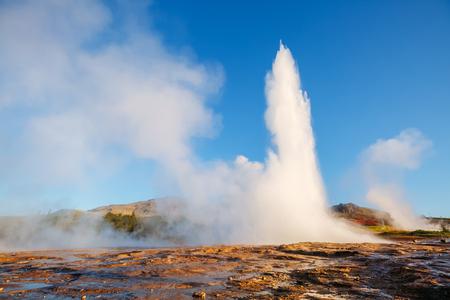 아침 햇살에 Strokkur 간헐천의 위대한보기입니다. 인기있는 관광 명소. 비정상적이 고 화려한 장면. 위치 간헐천 공원, Hvita 강, Haukadalur 계곡 지역, 아이슬란드. 유럽. 아름다움의 세계. 스톡 콘텐츠 - 90446407