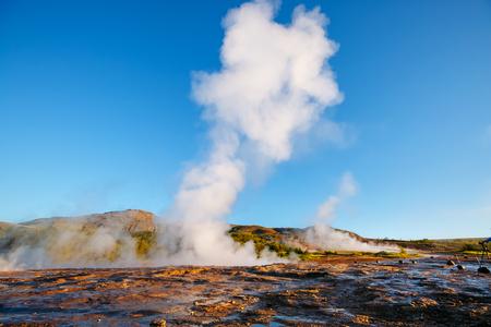 아침 햇살에 Strokkur 간헐천의 위대한보기입니다. 인기있는 관광 명소. 비정상적이 고 화려한 장면. 위치 간헐천 공원, Hvita 강, Haukadalur 계곡 지역, 아이슬란드. 유럽. 아름다움의 세계. 스톡 콘텐츠 - 89544886