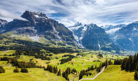 Indrukwekkend uitzicht op het dorp Eiger in de Alpen. Pittoresk en prachtig tafereel. Populaire toeristische attractie. Locatie plaats Zwitserse Alpen, Grindelwald-vallei in het Berner Oberland, Europa. Schoonheid wereld.
