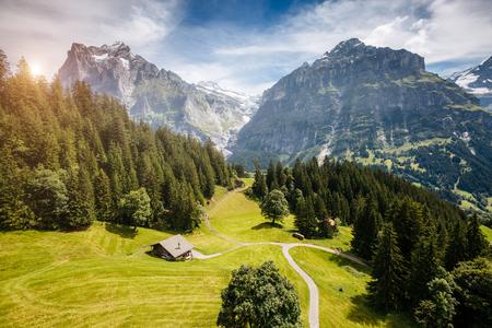 高山アイガー村の印象的な眺め。絵のように豪華なシーン。人気の観光スポット。場所は、ベルンオーバーランド、ヨーロッパのスイスアルプス、