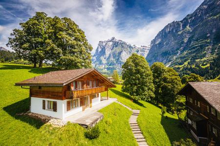Impresionante vista de la aldea alpina de Eiger. Pintoresca y hermosa escena. Atracción turística popular. Lugar de ubicación Alpes suizos, valle de Grindelwald en el Oberland bernés, Europa. Mundo de la belleza Foto de archivo