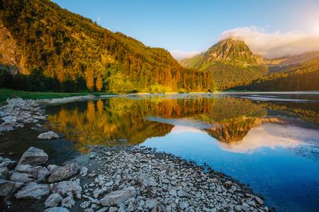 Prachtig uitzicht op de alpine vijver Obersee bij schemering. Populaire toeristische attractie. Pittoreske en prachtige ochtendscène. Locatie beroemde plaats Nafels, Mt. Brunnelistock, Zwitserse Alpen, Europa. Schoonheid wereld. Stockfoto