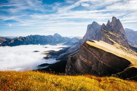 햇빛에 고산 계곡의 공중보기입니다. 멋지고 화려한 아침 장면. 위치 Puez-Odle 국립 공원, Gardena, Seceda 피크, Geisler Dolomiti 그룹. 이탈리아 티롤 스톡 콘텐츠