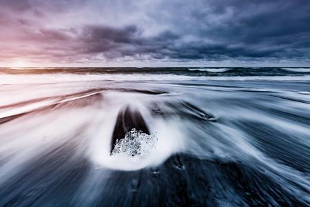 검은 모래 위에서 반짝이는 큰 빙산. 인기있는 관광 명소. 위치 유명한 곳 Jokulsarlon 석호, Vatnajokull 국립 공원, 아이슬란드 섬 스톡 콘텐츠