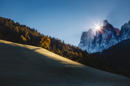 Ochtend in het dorp St. Magdalena. Pittoresk en prachtig tafereel. Locatie plaats Funes Valley (Villnob), Odle Group bereik, Dolomiti. Provincie Bolzano - Zuid-Tirol, Italië. Europa. Schoonheid wereld.