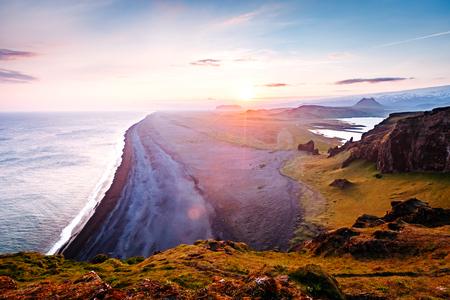 작은 반도에서 해변에서 용암의 놀라운 검은 모래. 인기있는 관광 명소. 비정상적이 고 화려한 장면. 위치 Sudurland, 케이프 Dyrholaey, 아이슬란드의 해안 스톡 콘텐츠