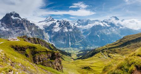 Gran vista del pueblo de Eiger. Escena pintoresca y hermosa. Atracción turística popular. Lugar de ubicación Alpes suizos, el valle de Grindelwald en el Oberland bernés, Europa. Foto de archivo