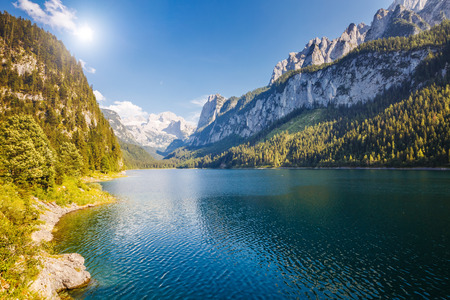 Great azure alpine lake Vorderer Gosausee. Picturesque and gorgeous morning scene. Salzkammergut is a famous resort area located in the Gosau Valley in Upper Austria. Dachstein glacier. Beauty world. 版權商用圖片 - 95598930