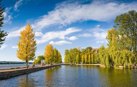 湖のある美しい秋の風景 写真素材