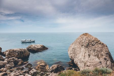 Mooie zee in het ochtendlicht. Pittoreske en prachtige scène. Locatie plaats Zwarte Zee, Krim, Oekraïne, Europa. Kruisprocesfilter, retro- en vintage-stijl