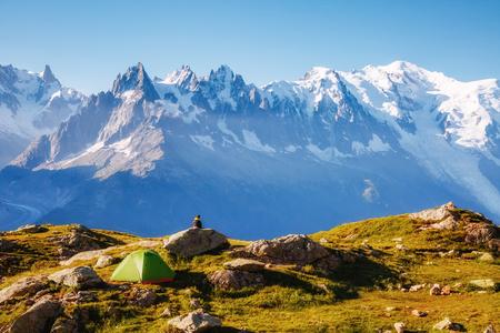 Blick auf den Mont Blanc Gletscher mit Lac Blanc (Weißer See). Beliebte Touristenattraktion. Malerische und wunderschöne Szene. Location place Naturschutzgebiet Aiguilles Rouges, Graian Alpen, Frankreich, Europa.