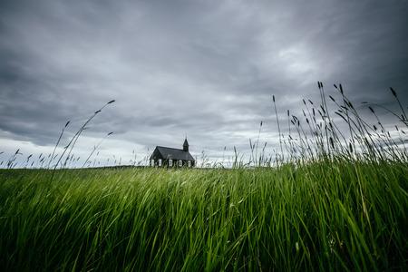Image panoramique de l'église chrétienne solitaire de Budakirkja. Emplacement hameau de Budir, péninsule de Snafellsnes, Islande, Europe. Belle photo de la région sauvage. Excellents fonds d'écran. Découvrez la beauté de la terre. Banque d'images