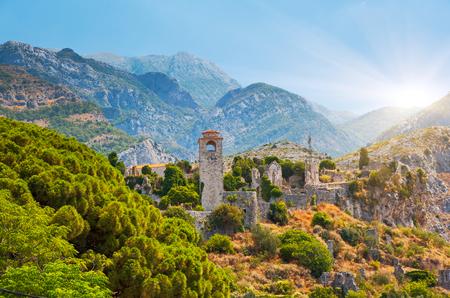 Ciudadela soleada en el bar del casco antiguo. Hermoso día y pintoresca escena. Lugar de ubicación Montenegro, Balcanes, mar Adriático, turismo en Europa. Atracción turística popular. Explore la belleza del mundo.