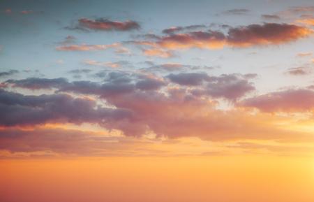 Nuvole vivide gialle perfette illuminate dai raggi del sole. Immagine scenica del cielo strutturato. Concetto di ecologia - cambiamento climatico nell'ambiente. Carta da parati pittoresca. Scopri la bellezza della terra