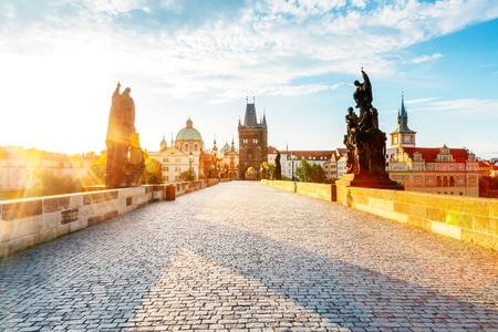 Atemberaubendes Bild der Kirche des Heiligen Franz von Assisi. Standort Ort Karlsbrücke (Karluv Most) auf der Moldau, Prag, Tschechien, Sightseeing Europa. Beliebte Touristenattraktion. Schönheitswelt.