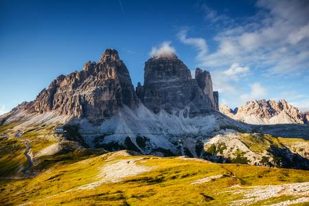 고산 바위 벽의 멋진 이미지입니다. 위치 국립 공원 Tre Cime di Lavaredo, Dolomiti, South Tyrol, Italy, Europe. 그림 같은 날과 멋진 그림. 세계의 아름다움과 야생 동물을 탐험하세요.