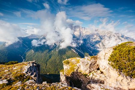 Impresionante imagen de macizo rocoso. Hermoso día y pintoresca escena. Ubicación Parque Nacional Tre Cime di Lavaredo, Misurina, Dolomiti alp, Tirol, Italia, Europa. Explore la belleza y la vida salvaje del mundo.