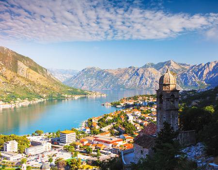 Tolle Aussicht auf die Bucht von Kotor (Boka Kotorska) im sonnigen Tag. Malerische und wunderschöne Szene. Ort berühmter Ferienort Montenegro, Balkan, Europa. Beliebte Touristenattraktion. Entdecken Sie die Schönheit der Welt.