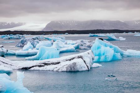 Grandes trozos de iceberg. Escena pintoresca y hermosa. Lugar famoso parque nacional Vatnajokull, isla Islandia, turismo Europa. Cambio climático. Explore la belleza del mundo.