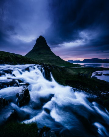 Amazing view of Kirkjufell volcano the coast of Snaefellsnes peninsula. Location Kirkjufellsfoss waterfall, Iceland, Europe. Scenic image of beautiful nature landscape. Discover the beauty of earth. 스톡 콘텐츠 - 123398494