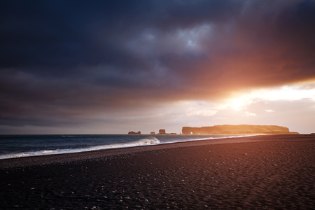 Great view of Reynisfjara beach and sunny waves. Location cape Dyrholaey, Atlantic ocean near Vik village, Iceland, Europe. Scenic image of beautiful nature landscape. Discover the beauty of earth. 版權商用圖片