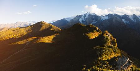 Prados alpinos en los rayos de sol. Ubicación Zemo Svaneti, país de Georgia, Europa. Cordillera principal del Cáucaso. Imagen escénica de zona salvaje. Explore la belleza de la tierra. Concepto de senderismo de aventura y estilo de vida.