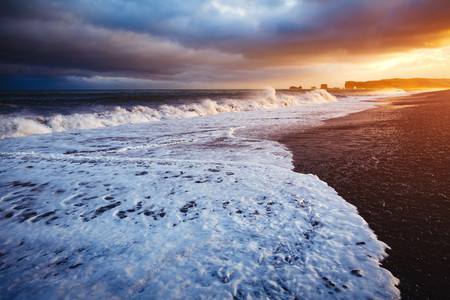 Attractive view of Reynisfjara beach and sunny waves. Location cape Dyrholaey, Atlantic ocean near Vik village, Iceland, Europe. Scenic image of exotic nature landscape. Discover the beauty of earth. Banco de Imagens