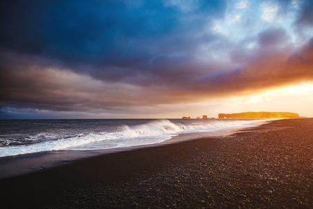 Great view of Reynisfjara beach and sunny waves. Location cape Dyrholaey, Atlantic ocean near Vik village, Iceland, Europe. Scenic image of beautiful nature landscape. Discover the beauty of earth. Banco de Imagens