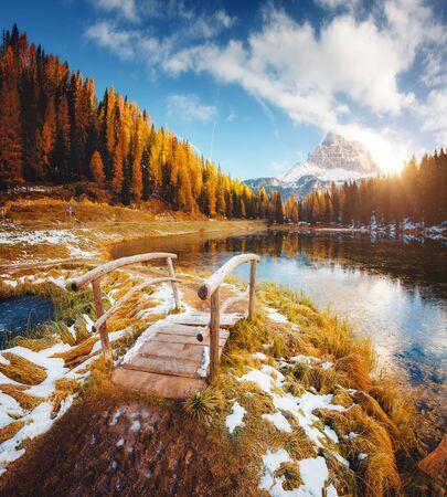 Grandi rocce sul lago Antorno nel Parco Nazionale Tre Cime di Lavaredo. Località Misurina, Dolomiti, Provincia di Belluno, Italia, Europa. Immagine panoramica della giornata autunnale. Scopri la bellezza della terra.