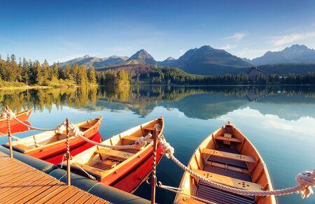 Beau lac de montagne dans le parc national des Hautes Tatras. Localisation Strbske pleso, Slovaquie, Europe. Paysage incroyable d'attraction touristique populaire. Scène d'été. Découvrez la beauté de la terre. Banque d'images