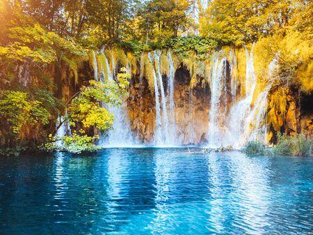 Ruhiger Blick auf die paradiesischen Wasserfälle des Nationalparks Plitvicer Seen. Standortort des kroatischen berühmten Ferienortes, Balkan, Europa. Beliebtestes Touristenziel. Entdecken Sie die Schönheit der Erde.
