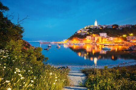 Peaceful seascape in the city of Vrbnik in evening. Location Krk island, Primorsko-Goranska Zupanija, Kvarner bay, Croatia, Europe. Scenic image of summer holiday season. Discover the beauty of earth. Banco de Imagens
