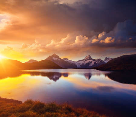 Picturesque view of the Schreckhorn and Wetterhorn mountains at sunset. Location place Bachalpsee in Swiss alps, Grindelwald valley, Europe. Idyllic natural wallpaper. Discover the beauty of earth. Standard-Bild
