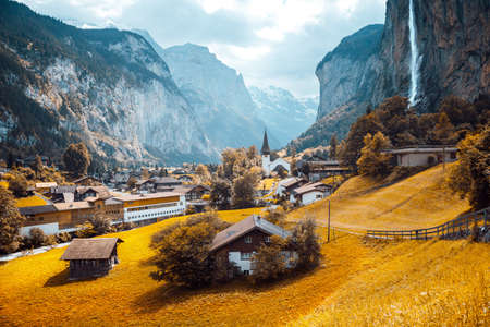 Exotic view of alpine valley of Lauterbrunnen. Location place Swiss alp, Bernese Oberland, Europe. Staubbach waterfall is a famous tourist attraction. Natural wallpaper. Discover the world of beauty. Standard-Bild