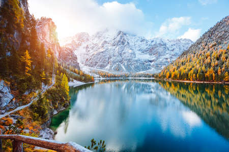 Perfect scenery of famous alpine lake Braies (Pragser Wildsee). Location Dolomiti Alps, national park Fanes-Sennes-Braies, Italy, Europe. Scenic image of Italian Alps. Discover the beauty of earth. Standard-Bild