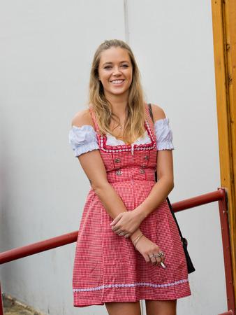 München, Deutschland - 07. Oktober 2018: Junges Oktoberfest Mädchen in Tracht beim größten Volksfest der Welt - dem Oktoberfest.