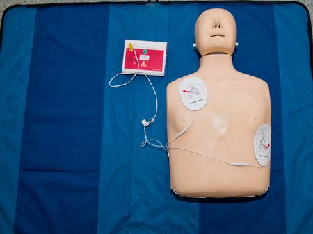Automatisierter externer Defibrillator mit Trainingspuppe.