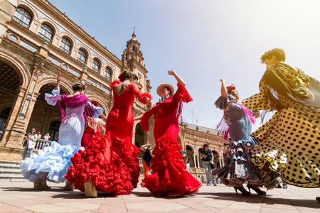 SEVILLA, SPANJE - MEI 2017: Jonge vrouwen dansen flamenco op Plaza de Espana