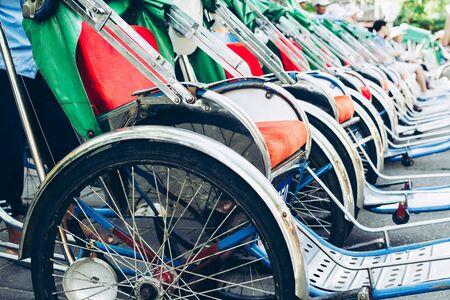 Traditionelle Rikscha-Fahrräder auf der Straße von Hoi An Altstadt in Vietnam geparkt?
