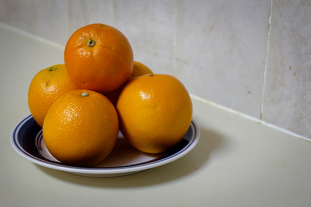 plato del buen comer: la naranja de cinco piezas en la placa Foto de archivo