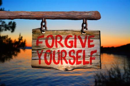 perdonar: Perdonarte a ti mismo cartel con fondo borroso
